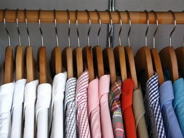 use thick wooden hangers to protect your shirt from deformation