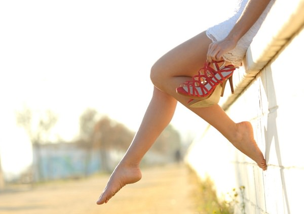 how to stop heels hurting the balls of your feet, swollen feet after wearing heels