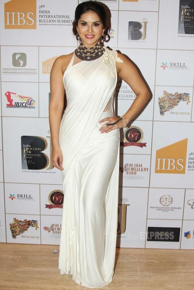 hot look in white skinny saree