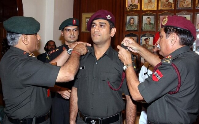 Captain cool ms dhoni visits a school in kashmir in army uniform