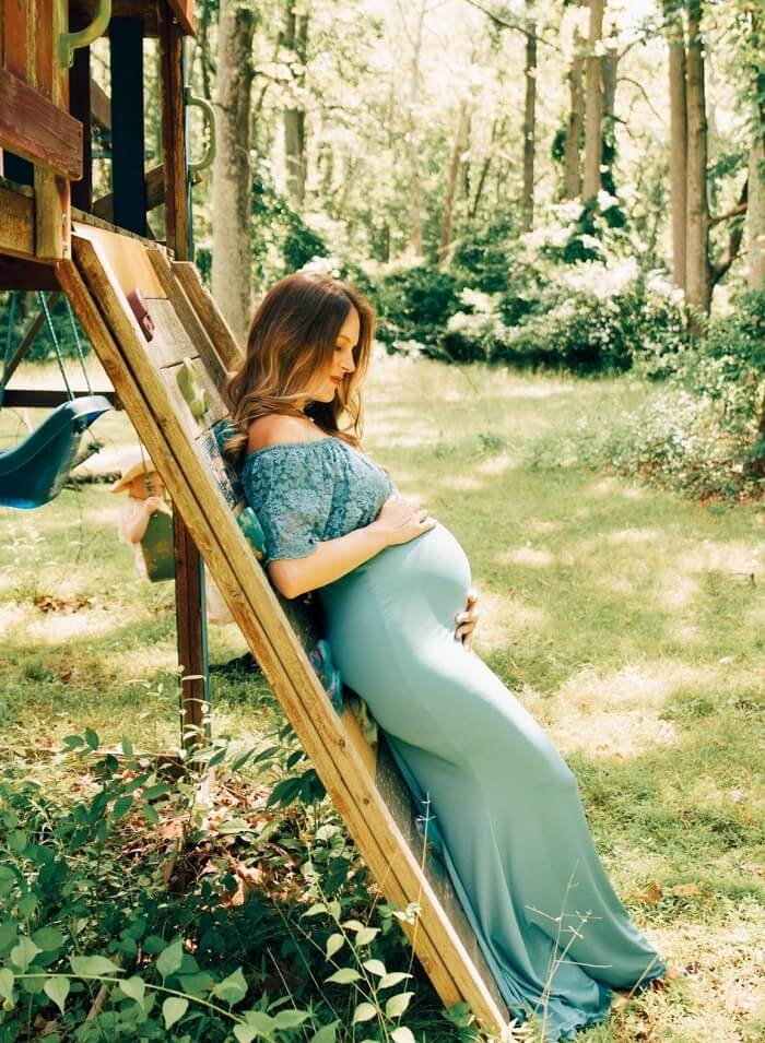 What should I wear for a maternity photo shoot?