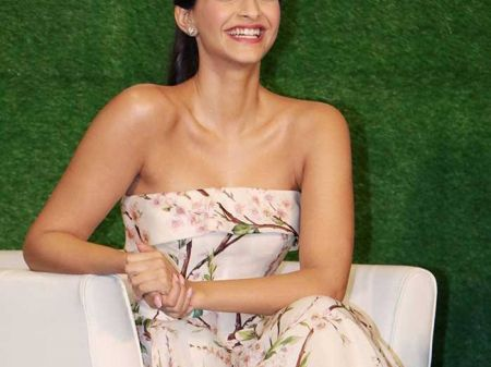 Sonam Kapoor App for Style Tips- Live Chat is just a click away!
